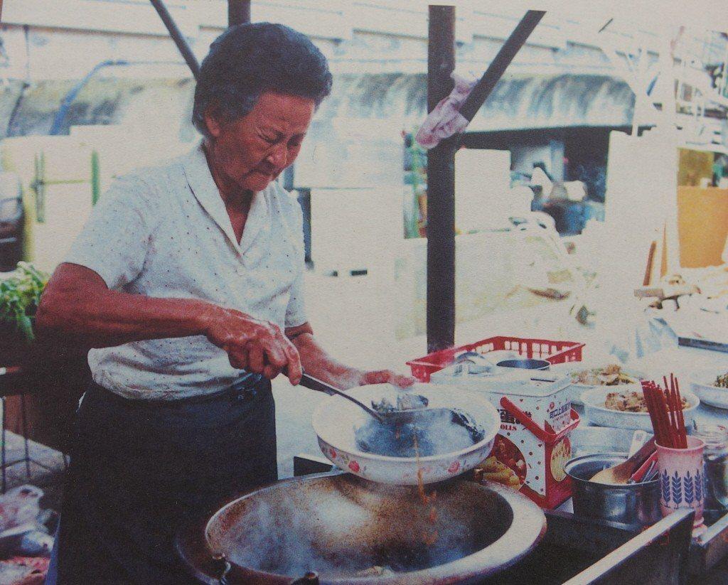 莊朱玉女生前賣十元就能吃飽的超便宜自助餐給工人,高雄市政府曾在二OO一年間推崇她...