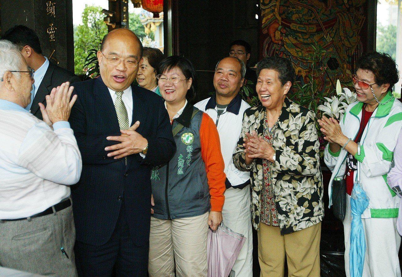 2007年,民進黨副總統參選人蘇貞昌(左二)前往台北保安宮參拜,受到支持者熱烈歡...