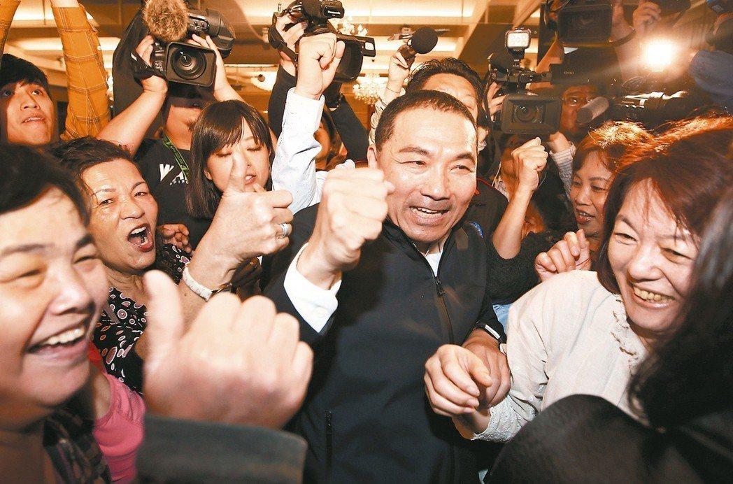 今年3月,新北市副市長侯友宜(中)舉行參選記者會。記者會結束後,侯友宜在大批支持...