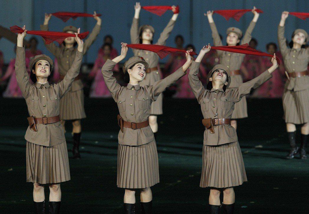 2010年阿里郎大會操的女舞者表演。 (美聯社)