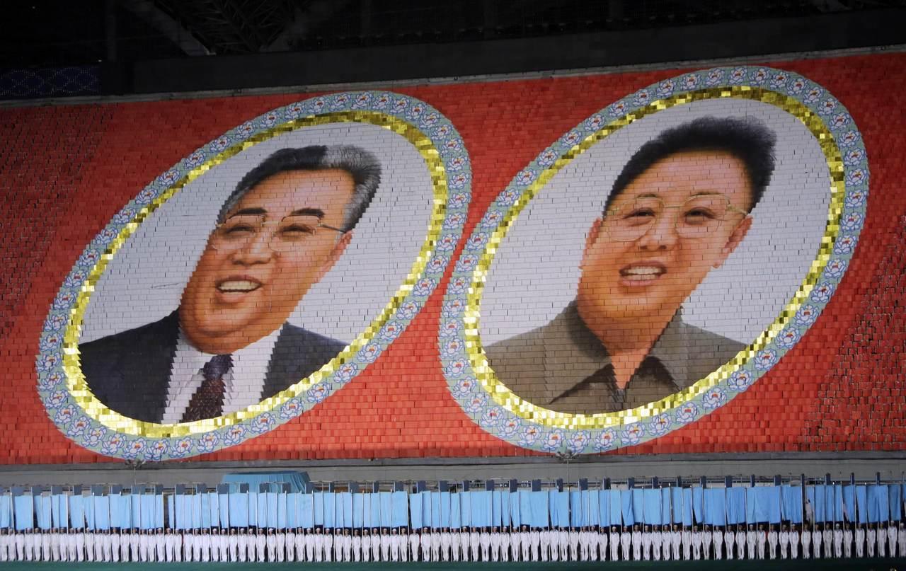 2013年阿里郎大會操排出北韓已故領導人金日成(左)和金正日(右)肖像。 (路透...