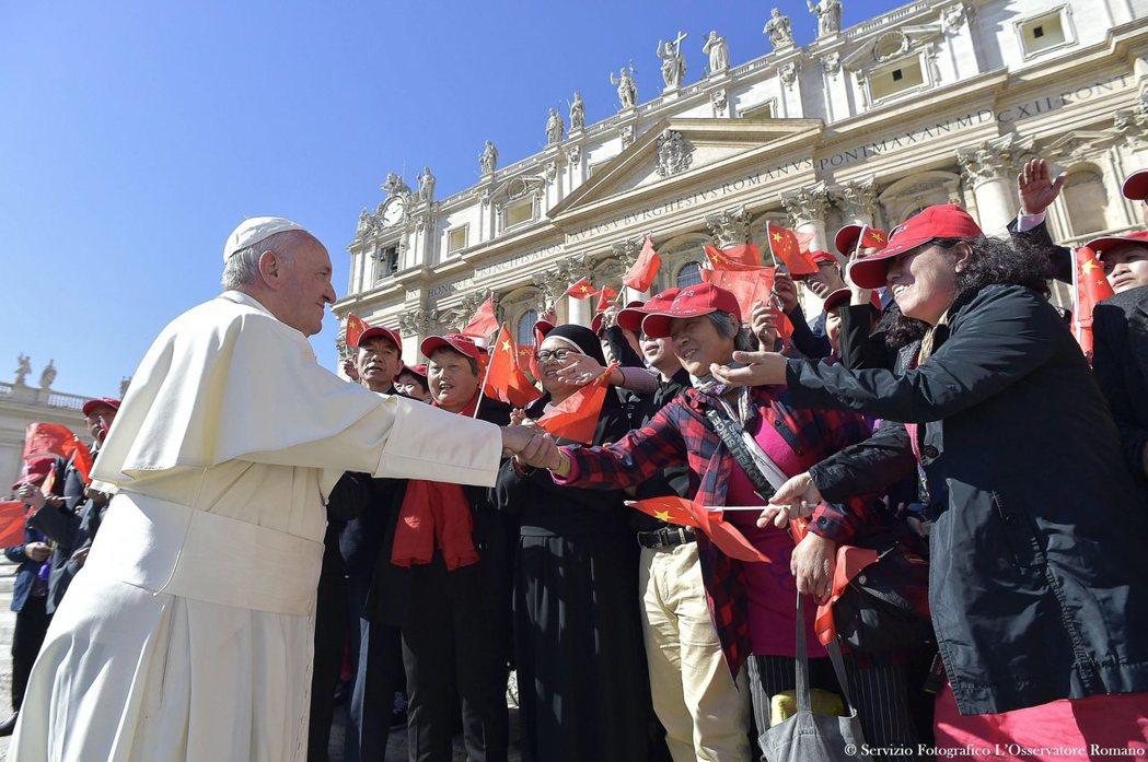 教宗方濟各2016年10月首度接見大陸蘇州教區主教徐宏根,且在梵蒂岡聖伯多祿大教...
