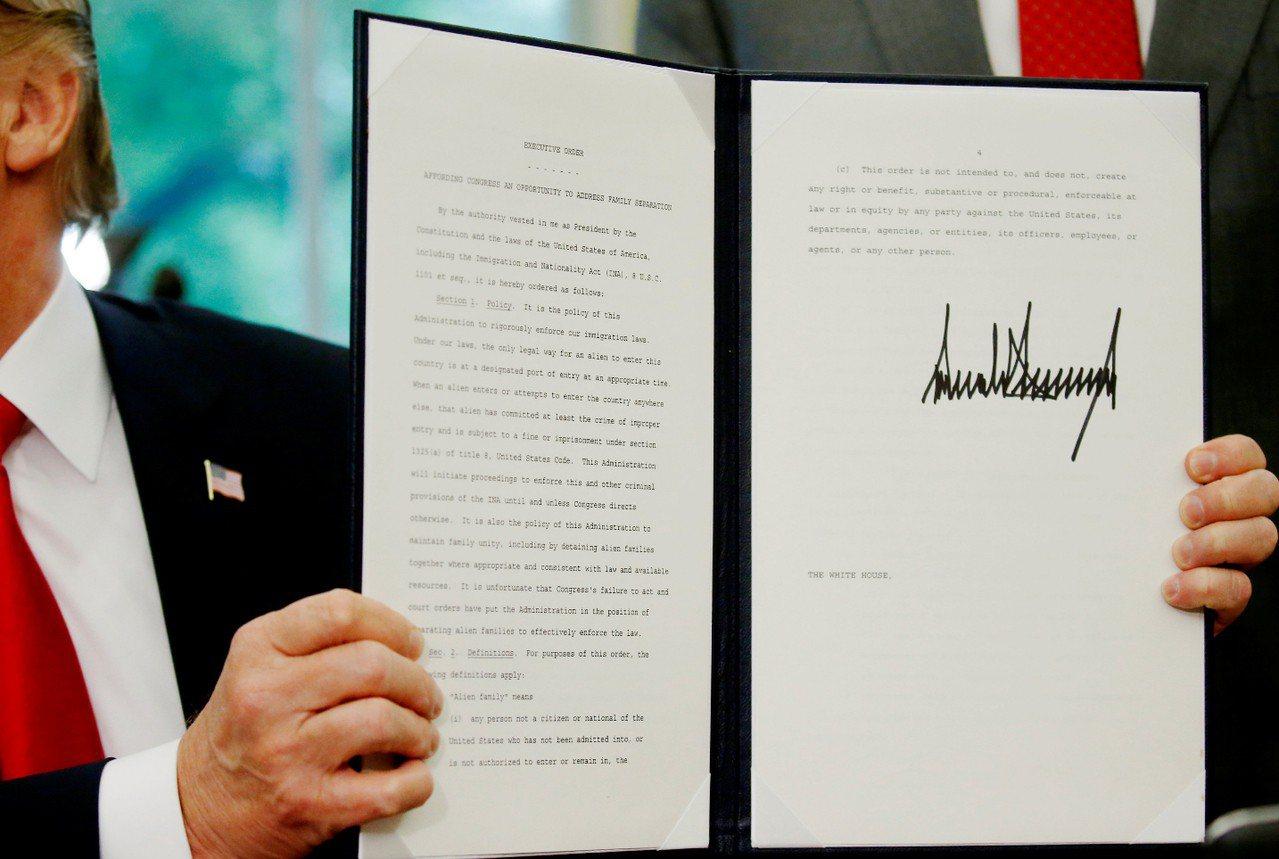 川普總統20日簽署行政令,讓非法移民家庭能夠團聚。 路透社
