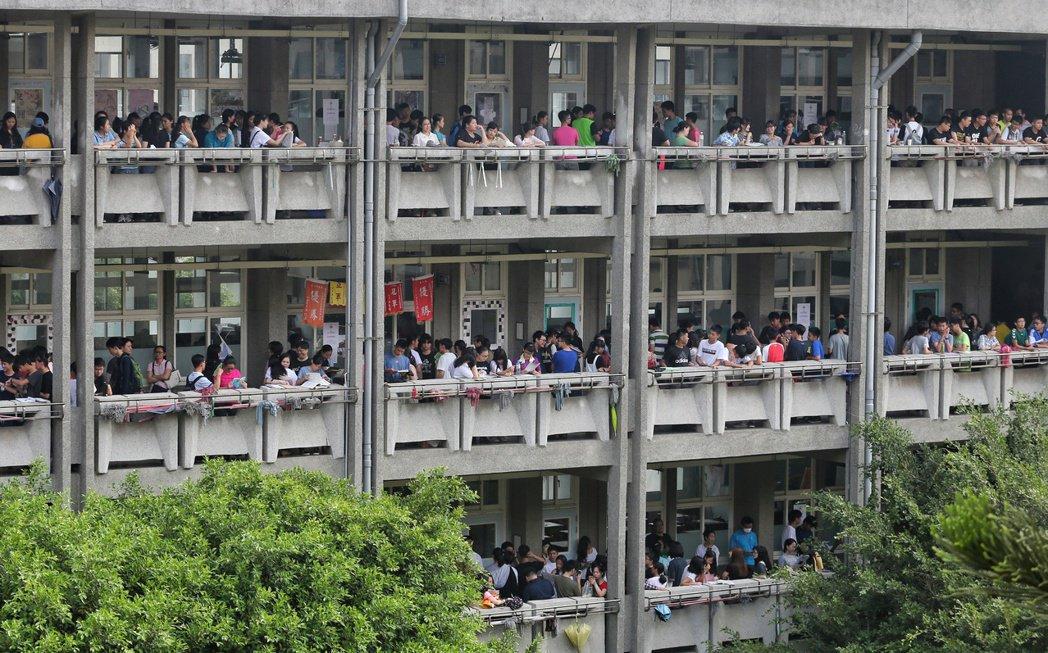 今年基北區免試入學合計有6萬零41個招生名額,預估約4萬多名考生參與免試分發,招...