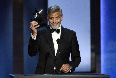 美國在邊界強行拆散移民家庭骨肉的「零容忍」政策引發娛樂圈眾怒,男星喬治克隆尼和藍調歌手約翰傳奇慷慨解囊,搖滾巨星布魯斯史普林斯汀也發聲譴責。喬治克隆尼(George Clooney)和他的人權律師妻...