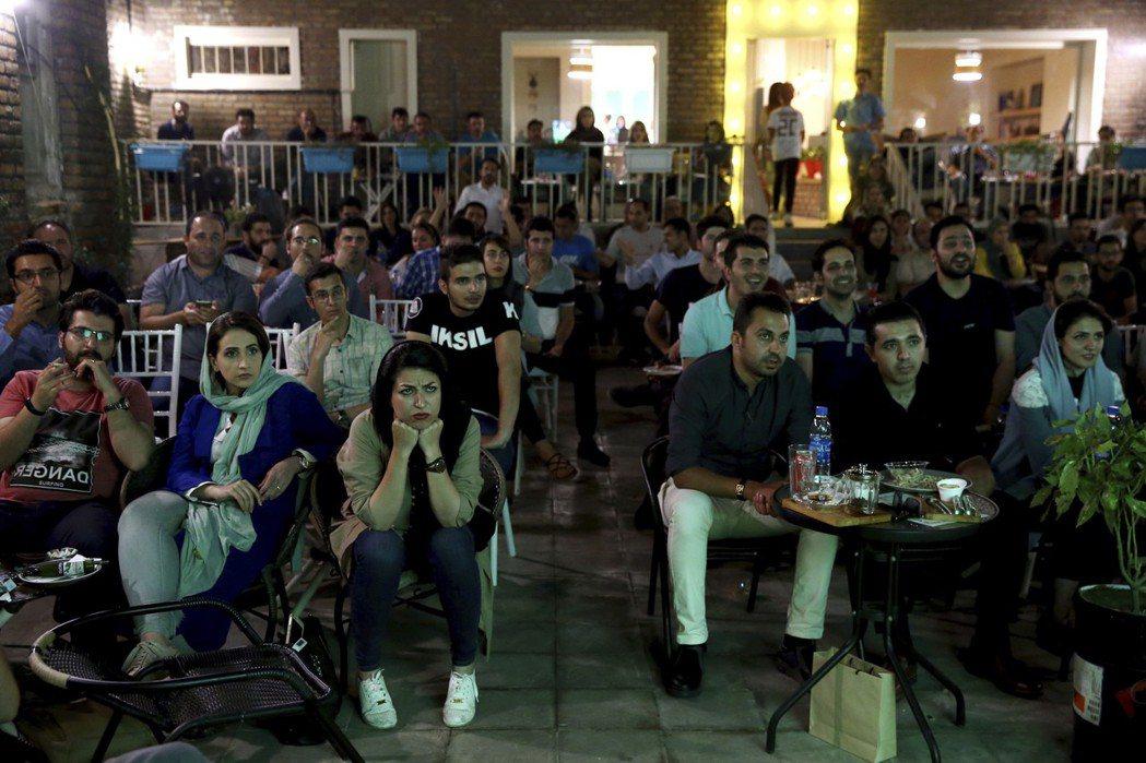 伊朗國內不分男女均為自己國家球隊加油。 美聯社