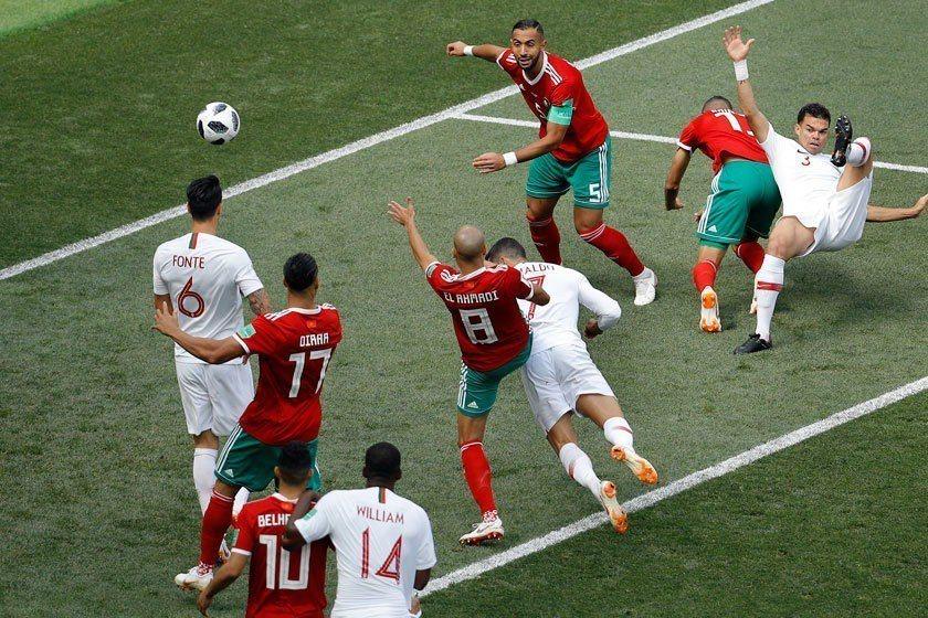比賽的輸贏往往就在那電光石火一瞬間,C羅(中)精準的一頂,就保住了葡萄牙的半壁江...