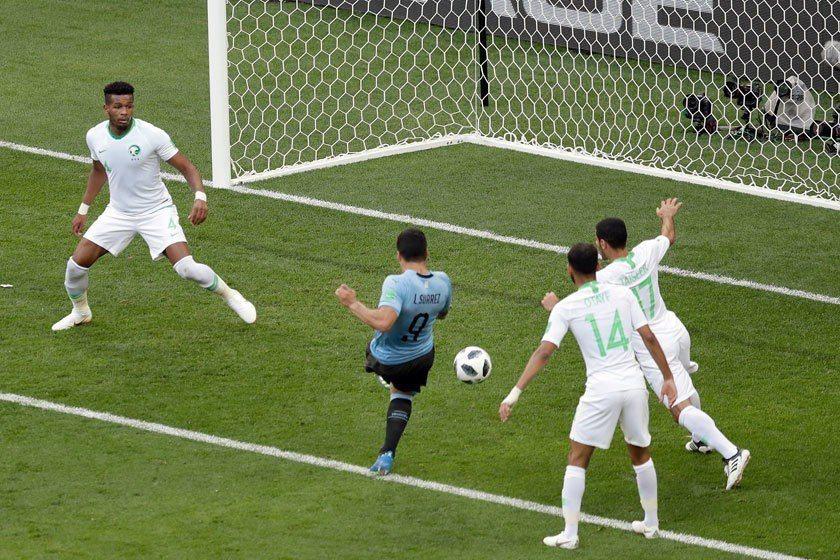 烏拉圭不想像地主俄羅斯隊一樣那麼暴力,在蘇亞雷斯(中)踢進一球之後,就不再積極搶...