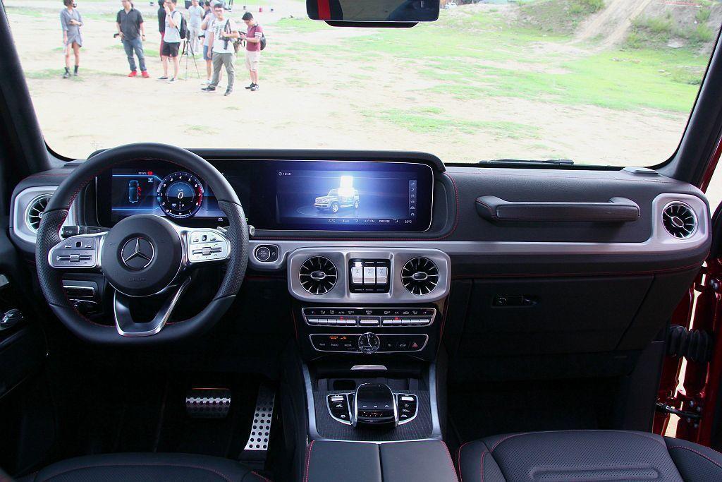 新G-Class儀錶板採用兩具12.3吋寬螢幕連接而成,並提供COMAND Online、中文聲控及Apple CarPlay等便捷科技。 記者張振群/攝影