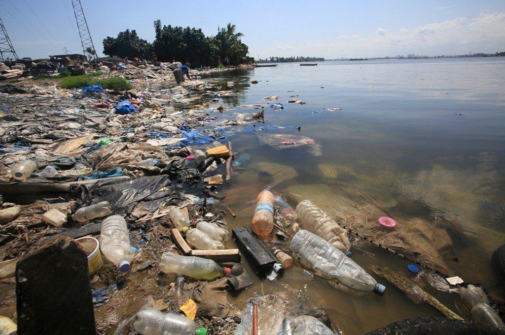 海洋中化學纖維和塑膠製品會碎裂成微型塑膠,被海洋生物吃下肚,影響食物鏈。圖/歐新...