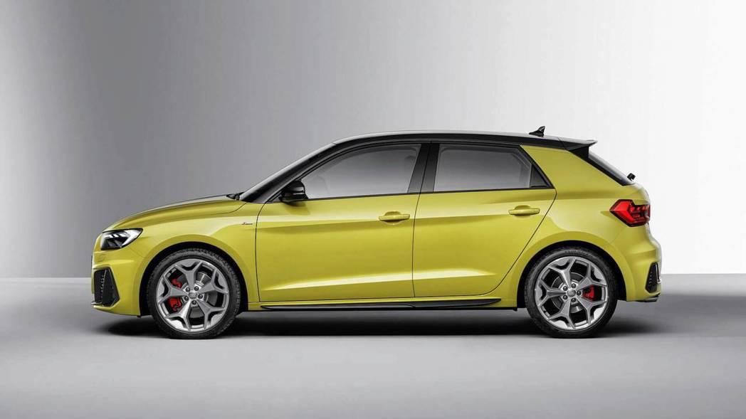 車側線條維持VAG集團俐落的風格,以及延續一代的懸浮車頂。 摘自Audi
