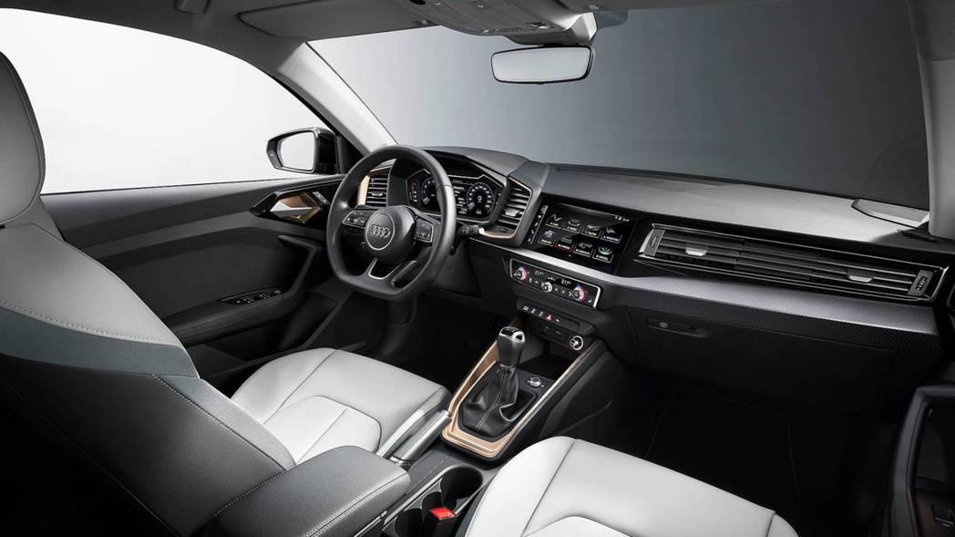 S-Line版本則配置跑車方向盤,碳纖維飾版等。 摘自Audi