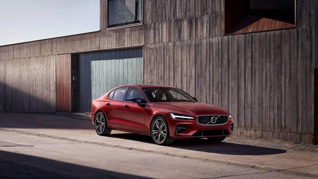 新世代Volvo S60共提供四種引擎動力,分別是兩款汽油引擎及兩款插電式油電混...