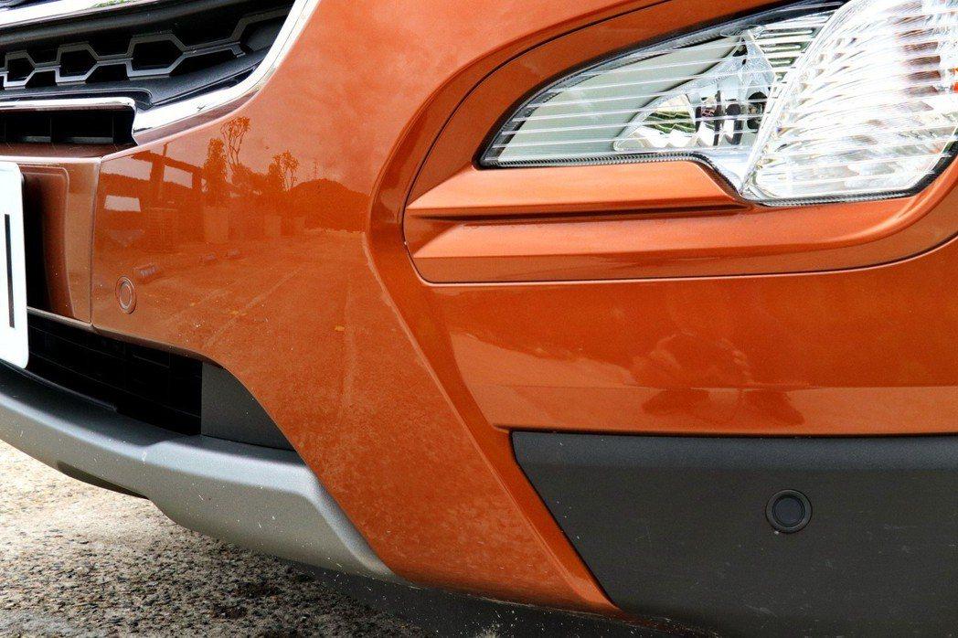 EcoBoost 125旗艦型車款更搭載最高8顆 (前4後4) 停車輔助雷達。 記者陳威任/攝影