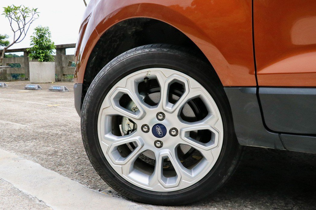 旗艦車型配備17吋的胎圈配置。 記者陳威任/攝影