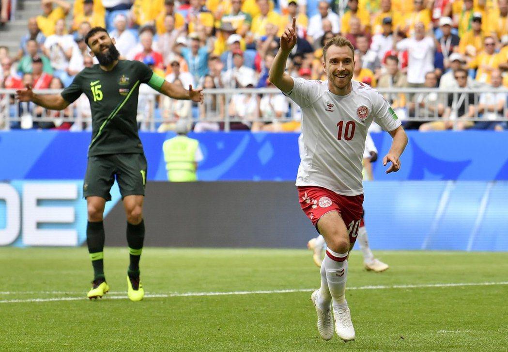 丹麥埃里克森(右),率先進球。 擷圖自推特