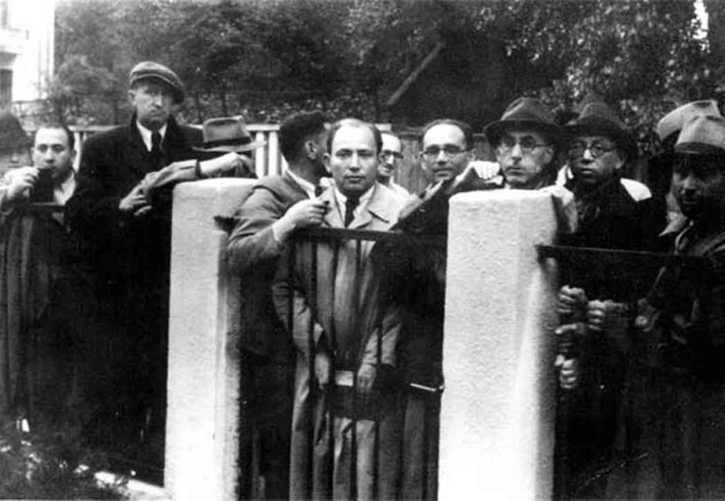 二戰爆發,許多立陶宛的猶太人為求逃出歐洲,聚集在立陶宛的日本大使館外希望能領到「...