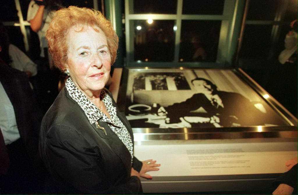 美國洛杉磯的寬容博物館也設置杉原千畝的紀念區,猶太大屠殺的倖存者與其影像合照。 ...