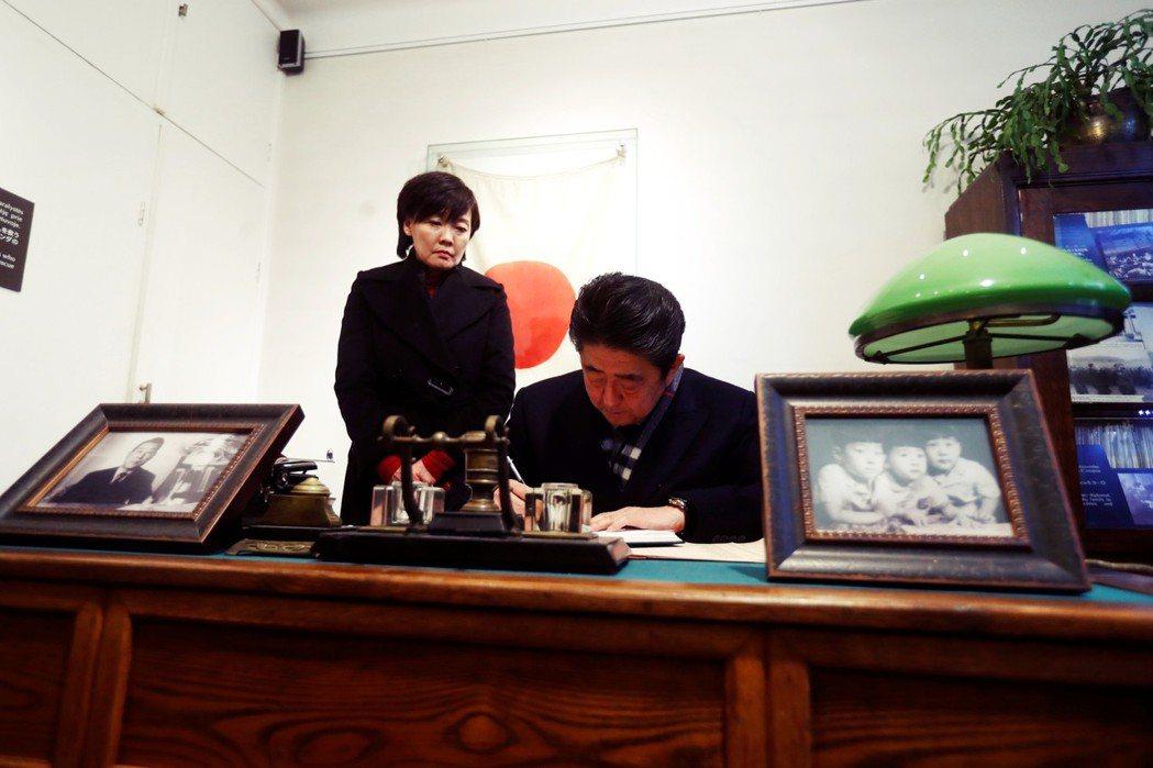 2018年初日本首相安倍訪問立陶宛,並前往由日本大使館改建的杉原千畝紀念館。 圖...