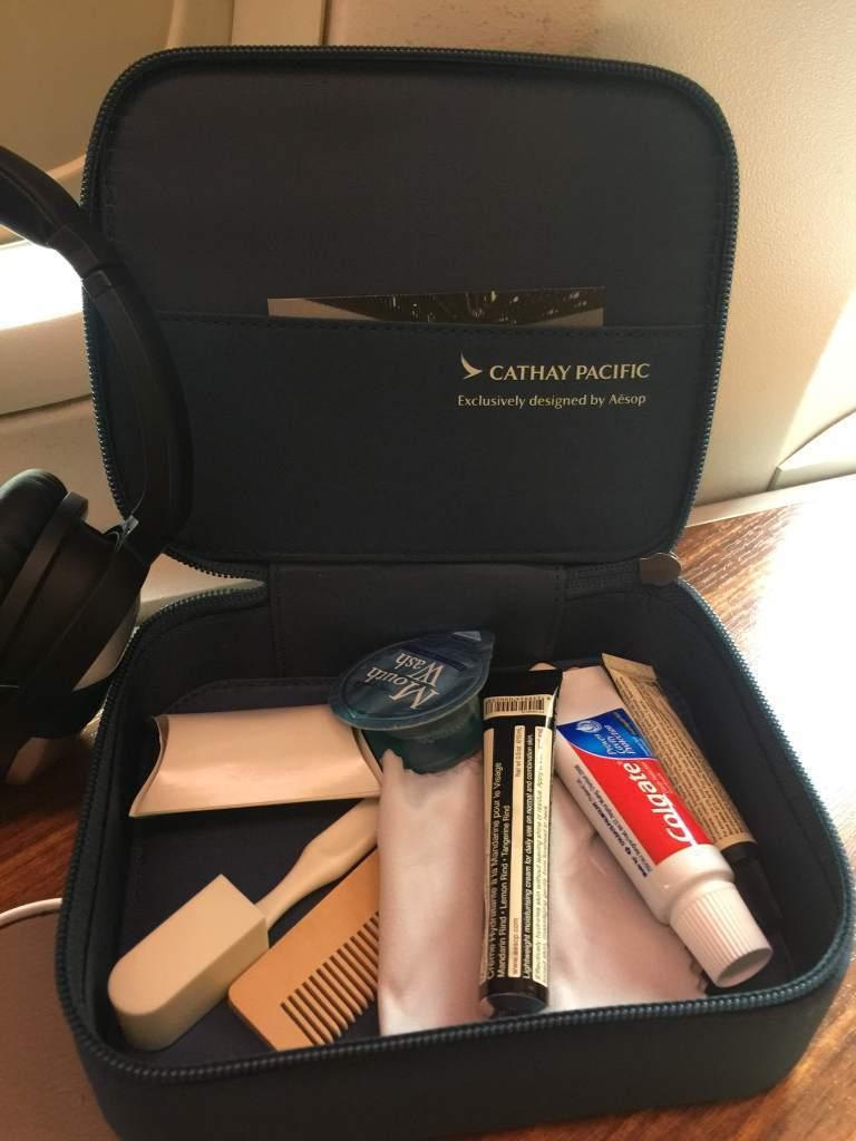 頭等艙過夜包,內容物也是澳洲品牌Aesop提供,但…盒子的包裝跟內容真的該升級了...