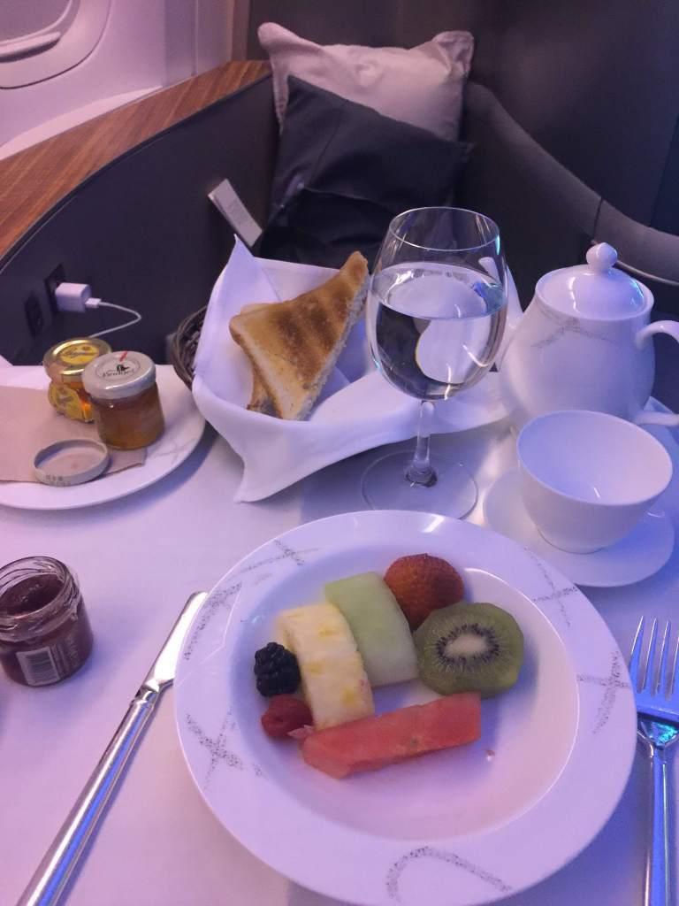 前菜是水果與麵包,搭配鐵觀音茶,與沒入鏡的手寫小卡片,水果很甜,麵包脆的跟餅乾似...