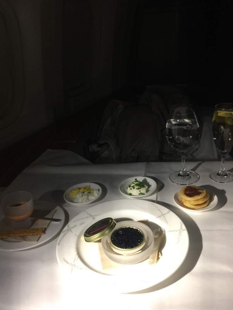 魚子醬與香檳,還有左邊是應該登機時配給的小點。圖/自TripPlus