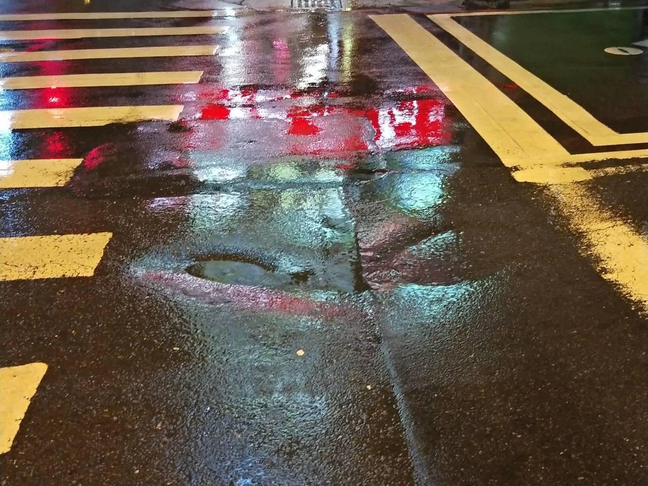 台南市連日大雨路面頻傳下陷, 昨天深夜東寧、長榮路口又有路面凹陷。圖/ 黃明俊提...
