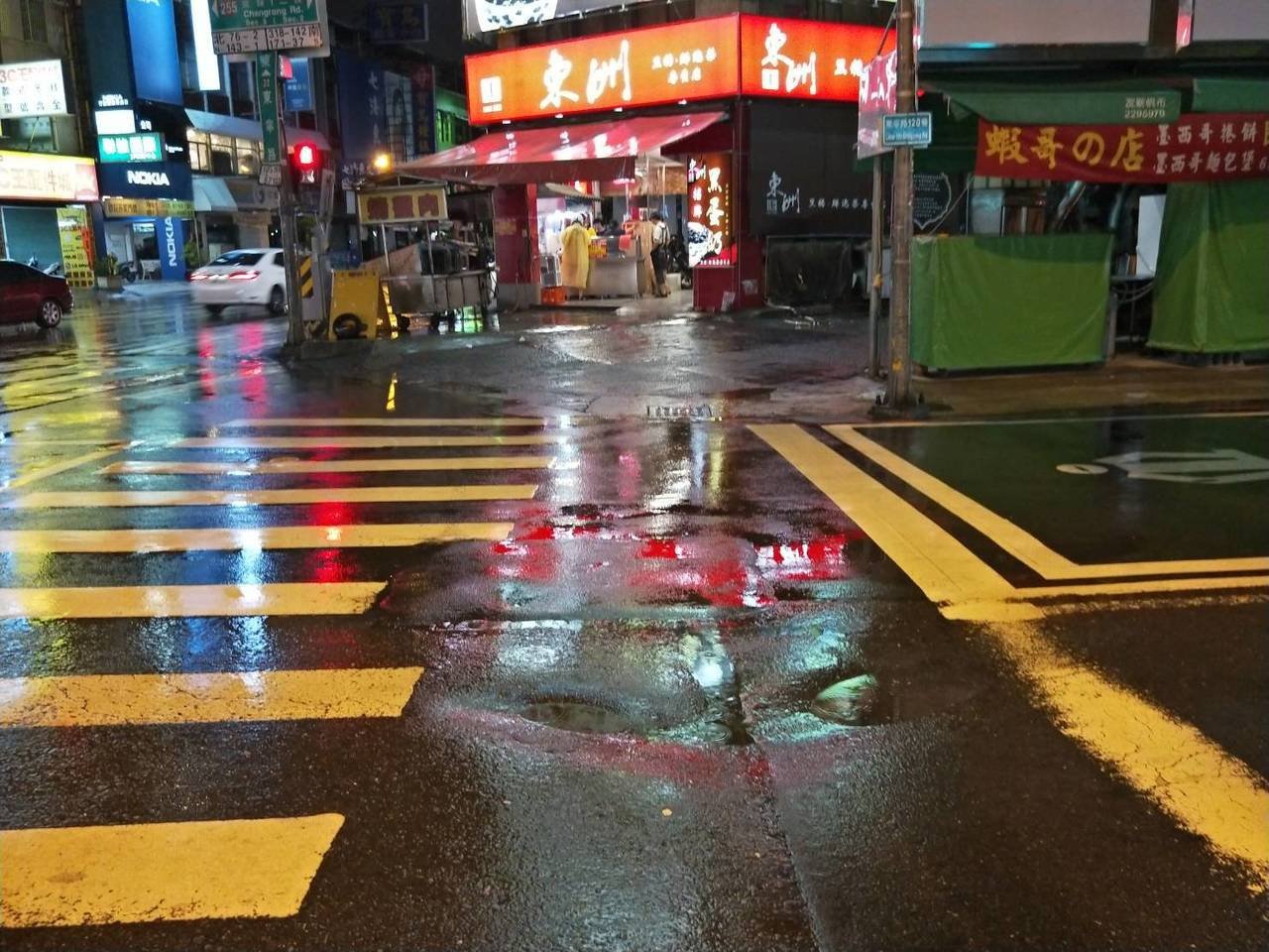 台南市連日大雨路面頻傳下陷, 昨天深夜東寧長榮路口 又有路面凹陷。圖/ 黃明俊提...