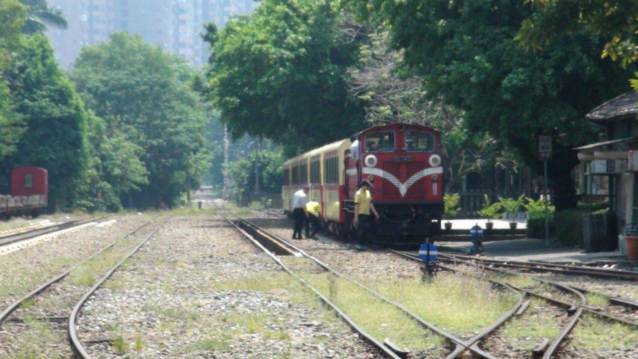 阿里山火車通車前夕,試車時和日前郵輪列車,都發生機關車(火車頭)故障。記者謝恩得...