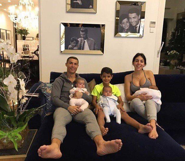 C羅現在是4個孩子的爸,大兒子和另一對雙胞胎女兒都是由代理孕母所生,只有小女兒是...