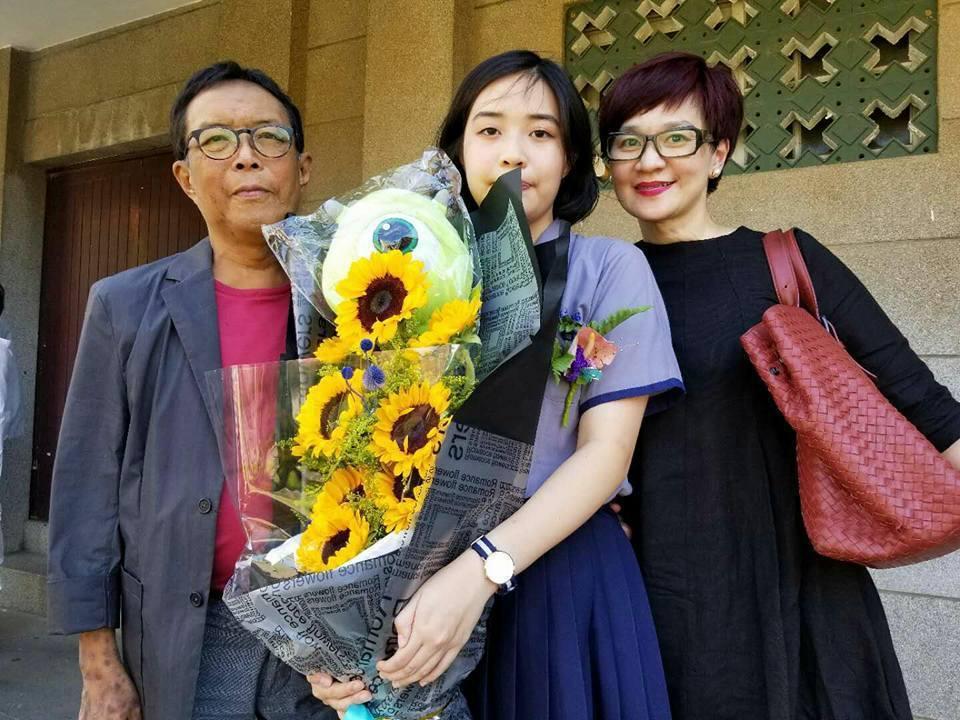 柯以敏(右)的老公黃國輔(左)因病過世,中間為兩人的女兒。圖/摘自臉書