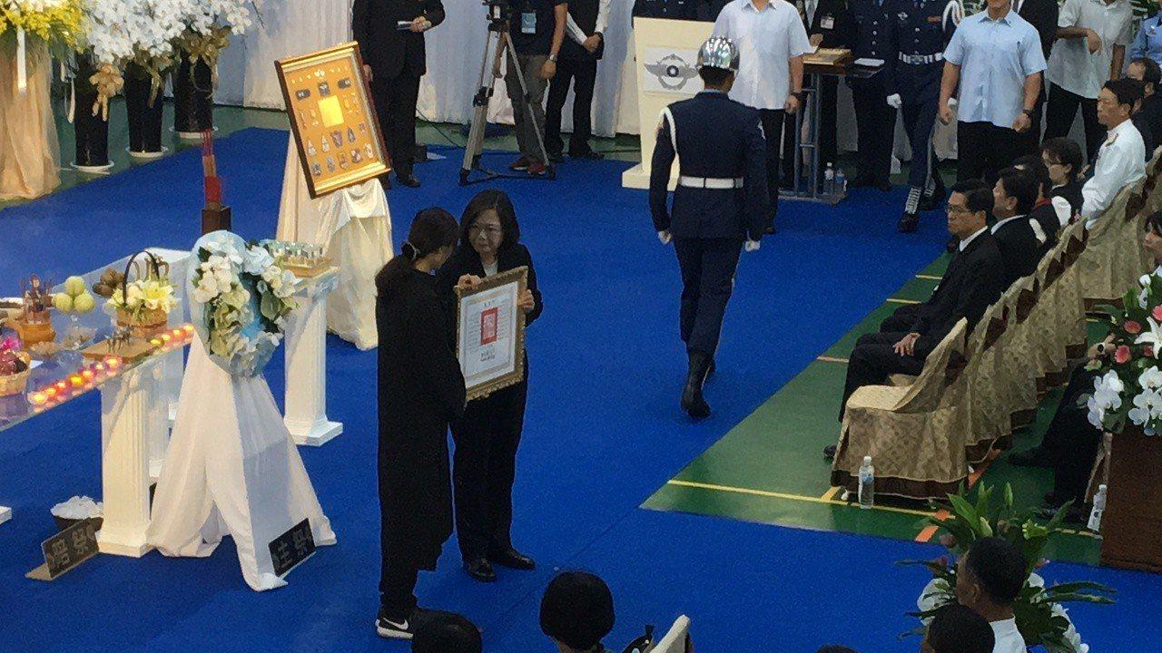 總統蔡英文頒發褒揚令,由吳彥霆妻子代為接受。記者徐庭揚/攝影