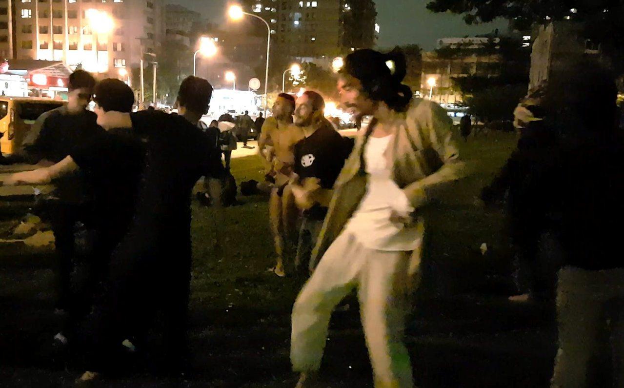 參與「百野遶境」的群眾因火熱的氣氛而手舞足蹈。記者王宏舜/攝影
