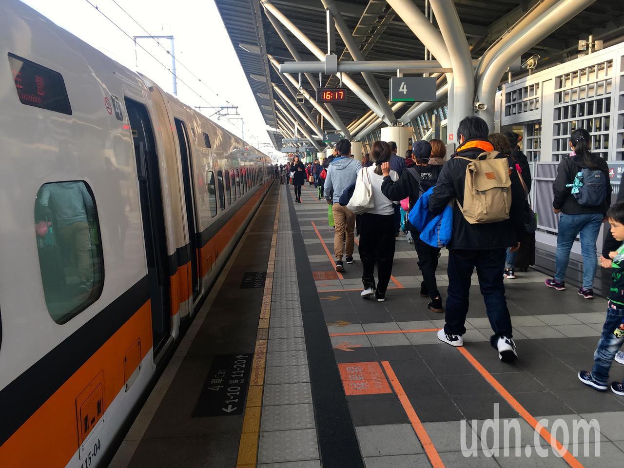 台灣高鐵宣布,7月1日起至今年12月31日購買「標準車廂對號座卡友優惠」的旅客,...