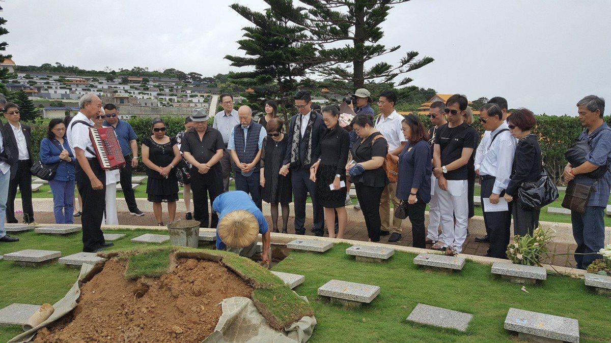 傅家親友把傅達仁骨灰安葬在平安園。記者林怡秀/攝影