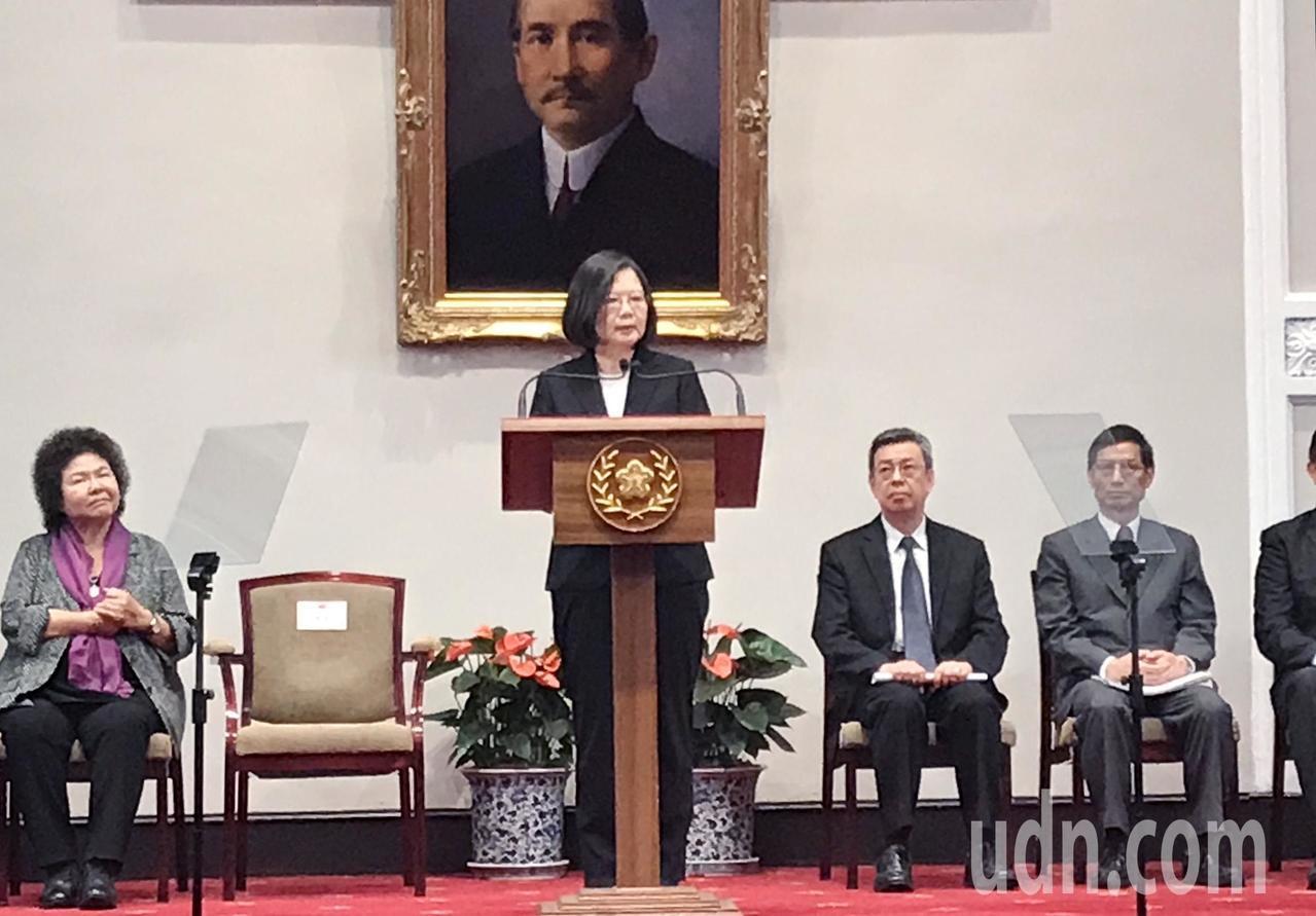 蔡英文總統(左二)下午率副總統陳建仁(右二)、總統府秘書長陳菊(左)、行政院政委...