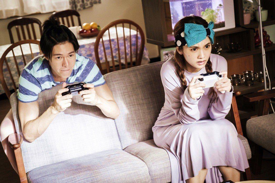 楊丞琳(右)頭戴誇張大蝴蝶結。圖/八大提供