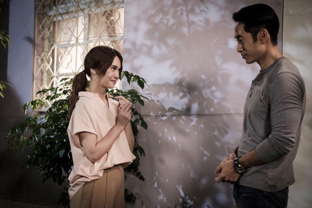 路斯明(右)劇中再度向楊丞琳求婚。圖/八大提供