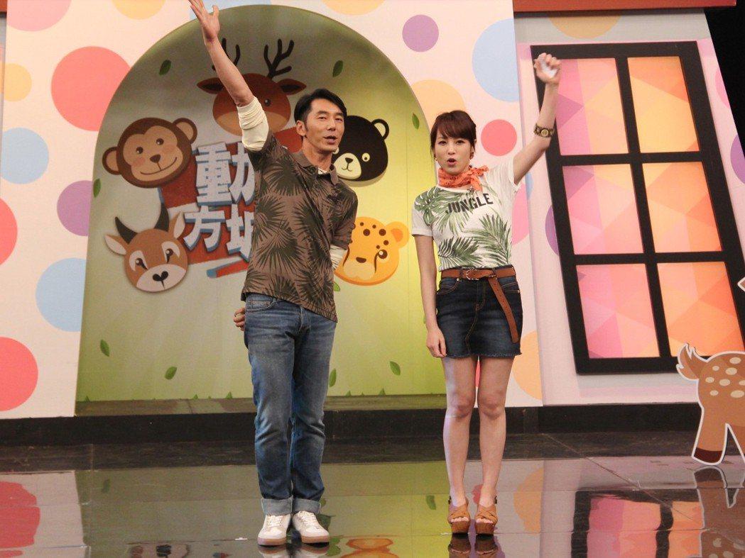李李仁(左)和朱蕾安主持年代「動物方城市」。圖/年代提供