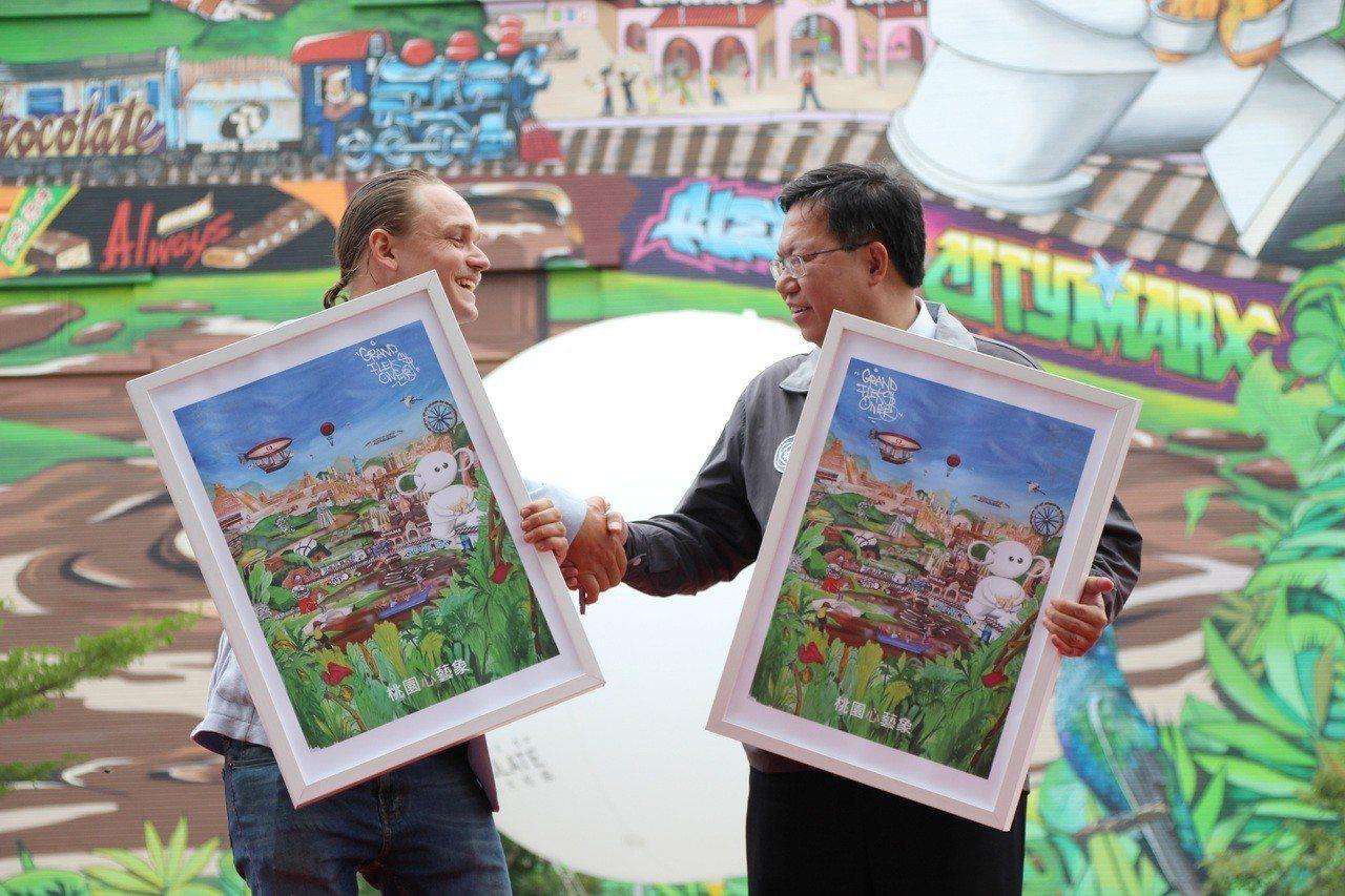 荷蘭的藝術家Fleks(左),今年受邀為桃園「巧克力共和國」打造高7層樓、號稱北...