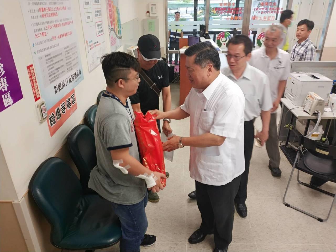 高雄市警局長何明洲(左三)慰問受傷的員警。記者林保光/翻攝