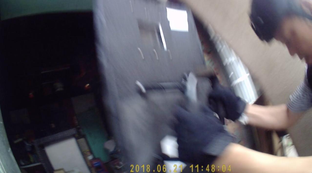 警方一開始在大門攻堅時,商在屋內透過監視器畫面察覺,隨即從側門竄逃。記者劉星君/...