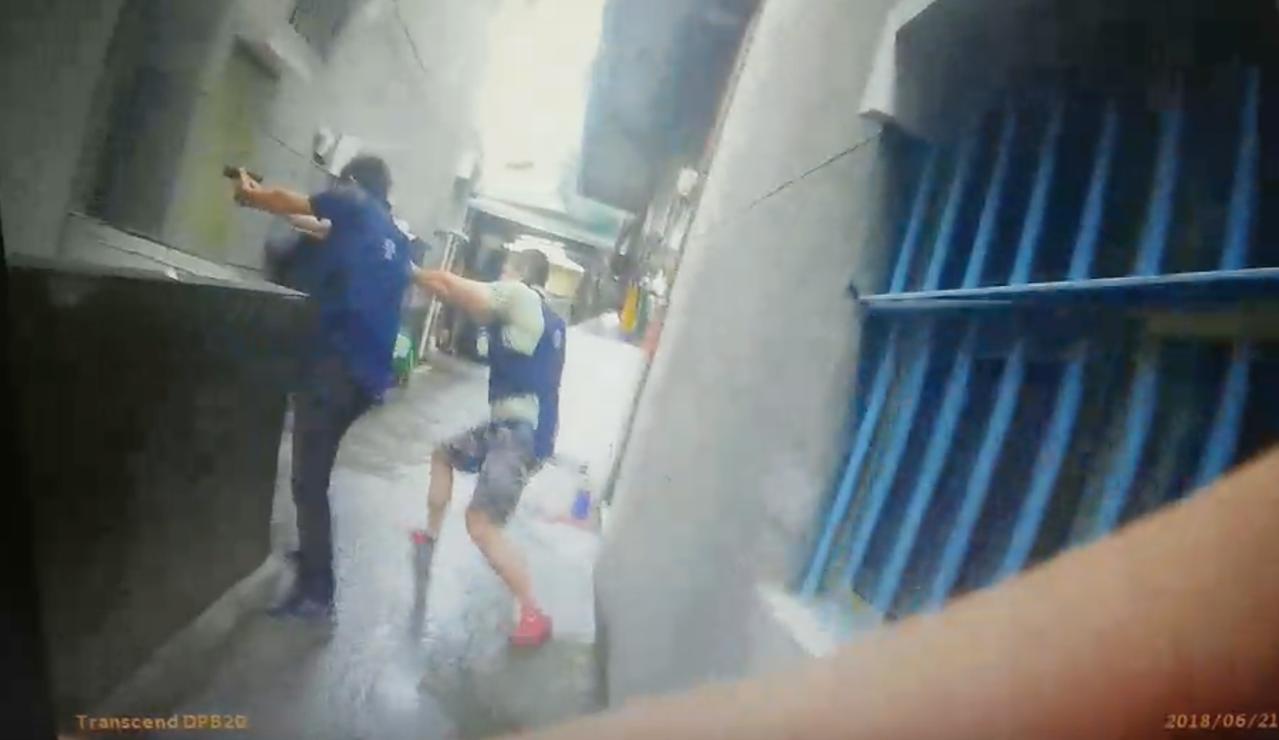 警方在追捕過程中共開16槍。記者劉星君/翻攝