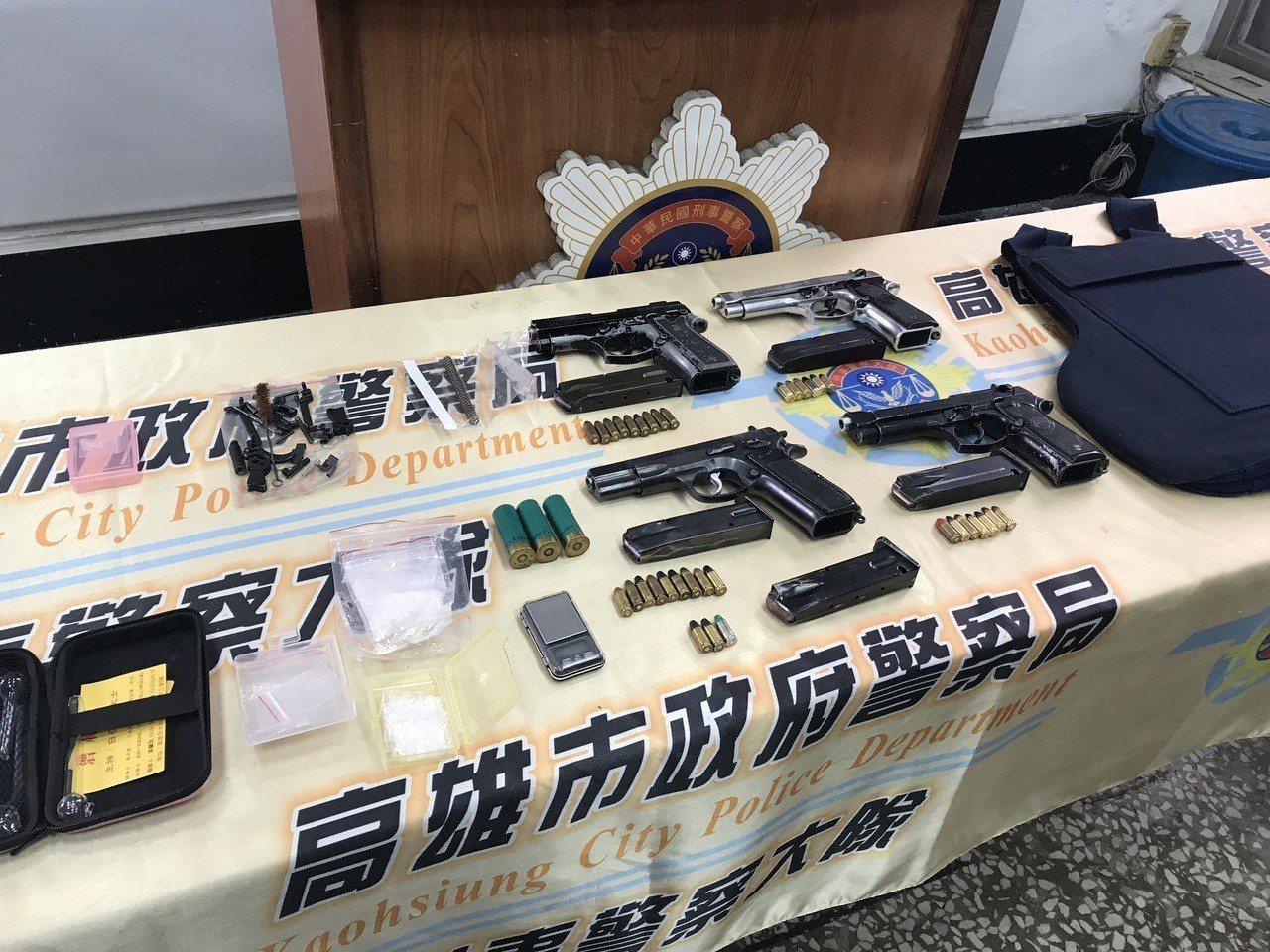 警方現場查扣四把手槍、防彈背心,霰彈槍子彈等物品。記者劉星君/攝影