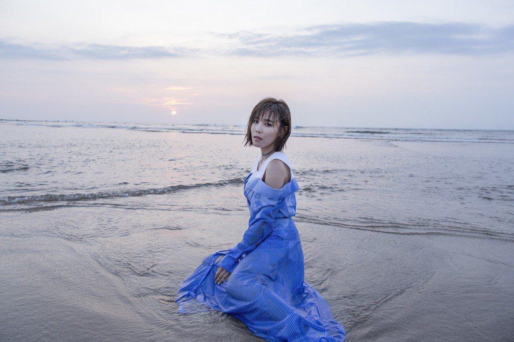 李佳薇(右)在新歌「好強」唱出對愛情的無力感。圖/華納提供