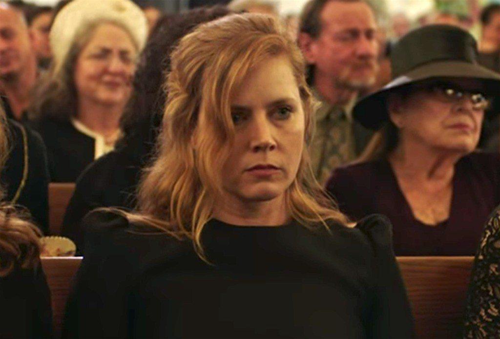 艾美亞當斯扮演頹廢、有自殘癖好的記者。圖/HBO提供