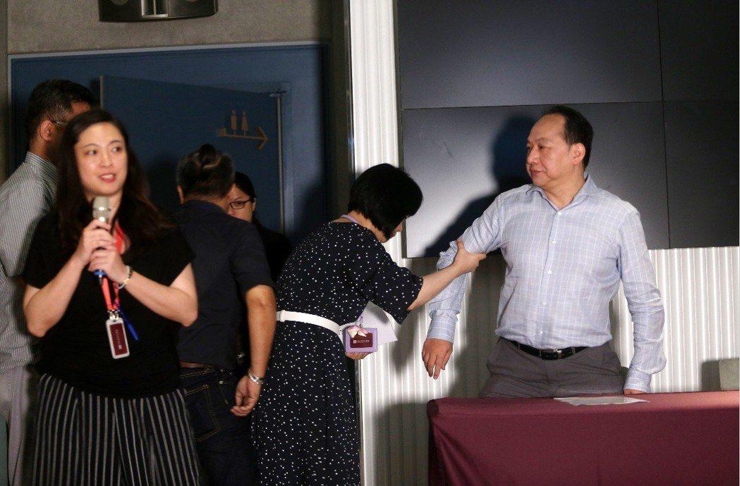 「美麗新娛樂」董事長黃世杰舉行記者會說明,表示自己一手打造影城卻被以莫須有的理由