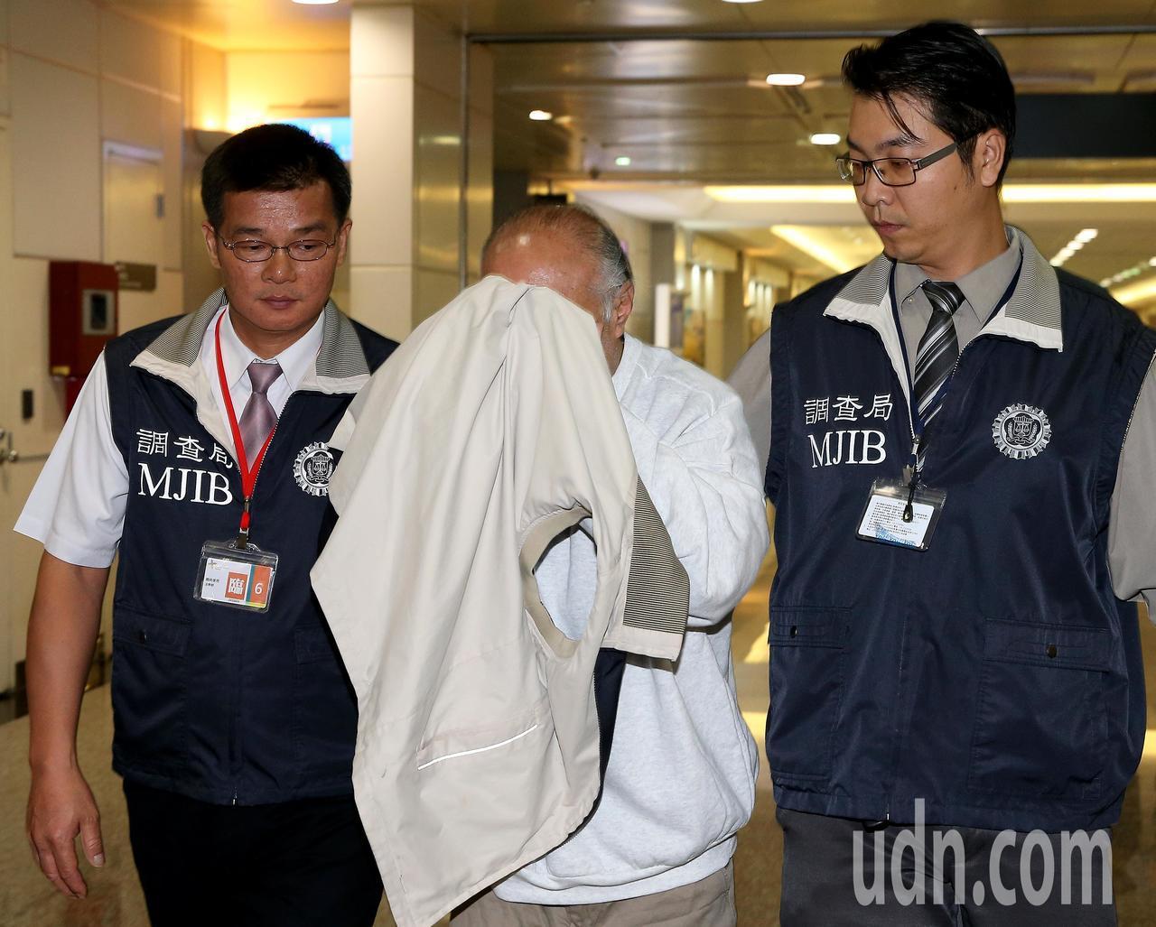 法務部調查局與美國國土安全部移民及海關執法局(ICE)合作,21日晚間從美國押解...