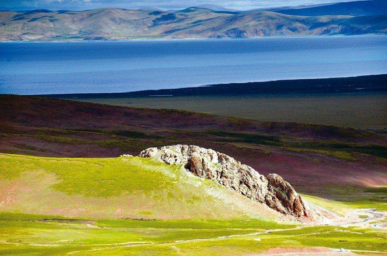 中國西藏納木措,色澤豐富,渾然天成。 圖╱陳威明攝影、提供