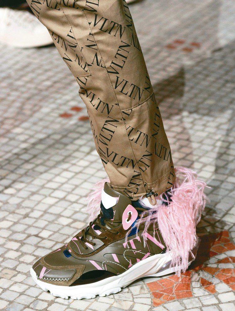 球鞋上裝飾著彩色流蘇。 圖/Valentino提供
